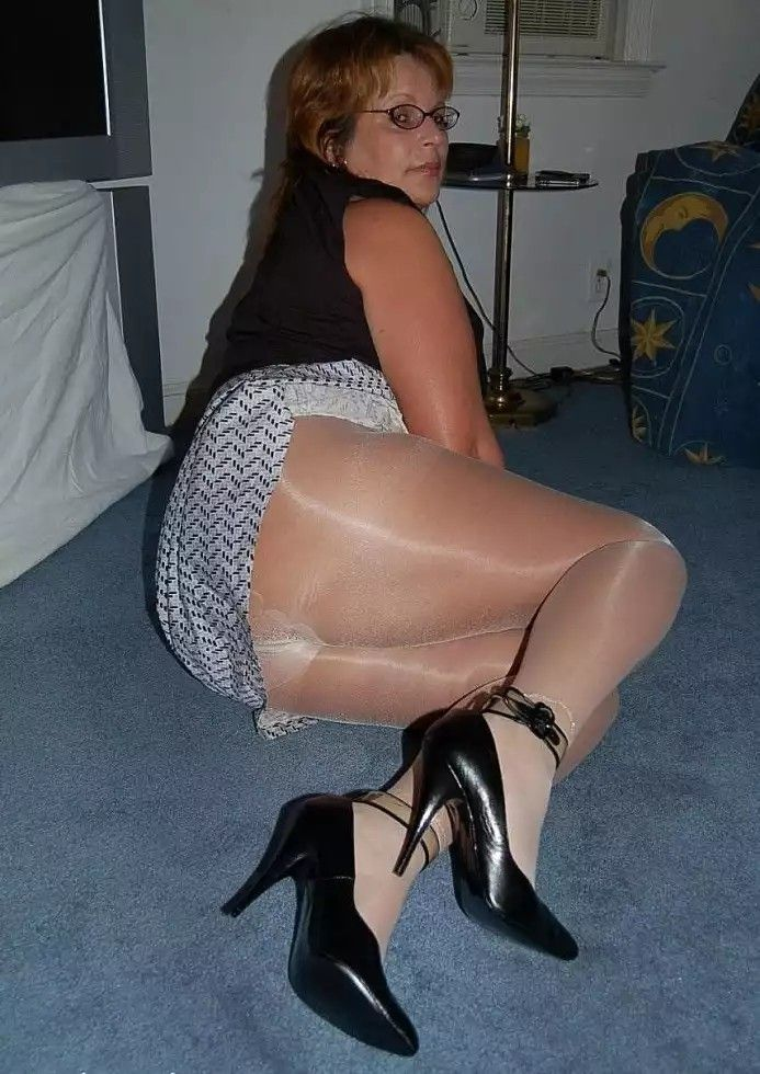 Pussy flashing at party nylons