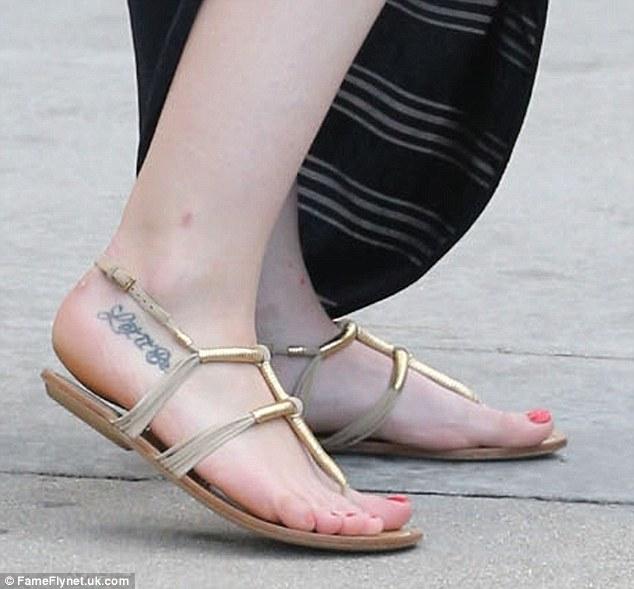 Hilary duff toes