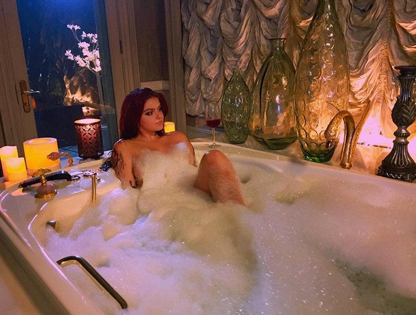 Pregnant wife nude bathtub