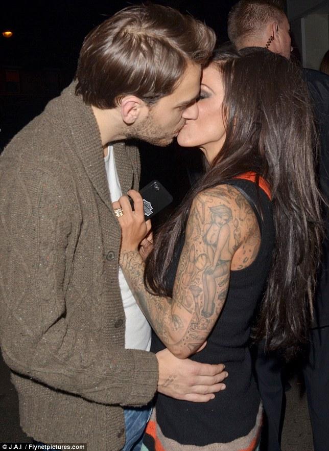 amateur lesbians Kissing