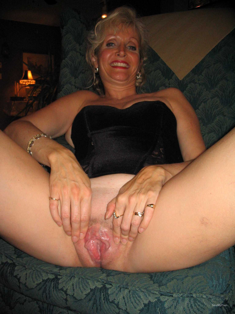 Spread mature pussy lips