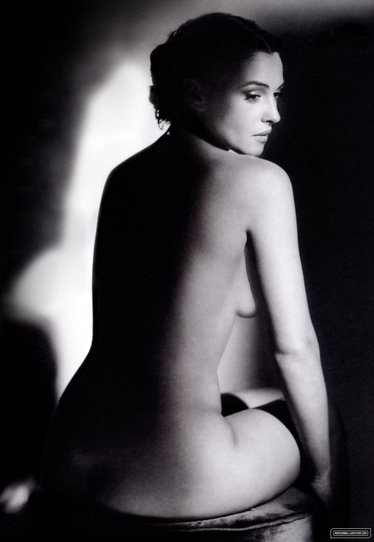 nude Monica bellucci sunbathing