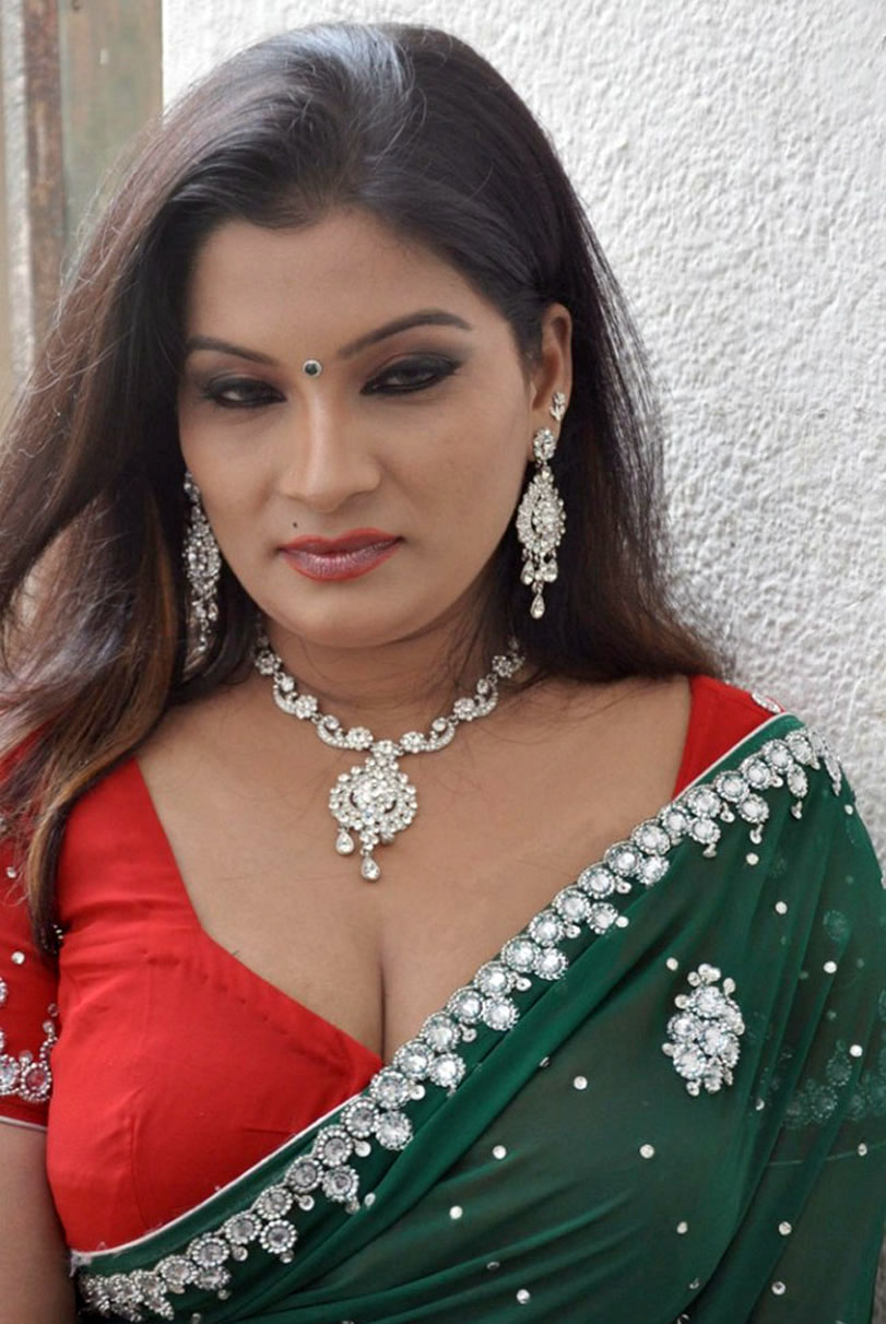 Hot indian aunty cleavage