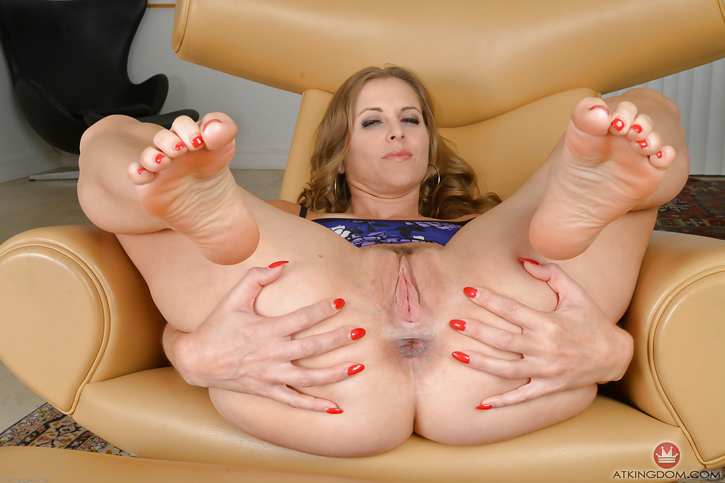 Mature bare feet and pussy