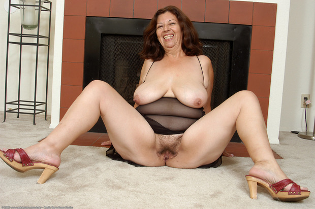 hairy Mature big saggy pussy tits