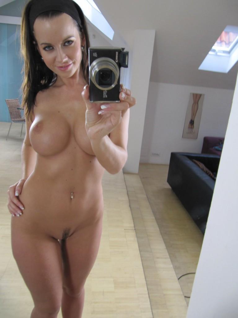 sexy-milf-naked-in-mirror-trina-vaga-naakt
