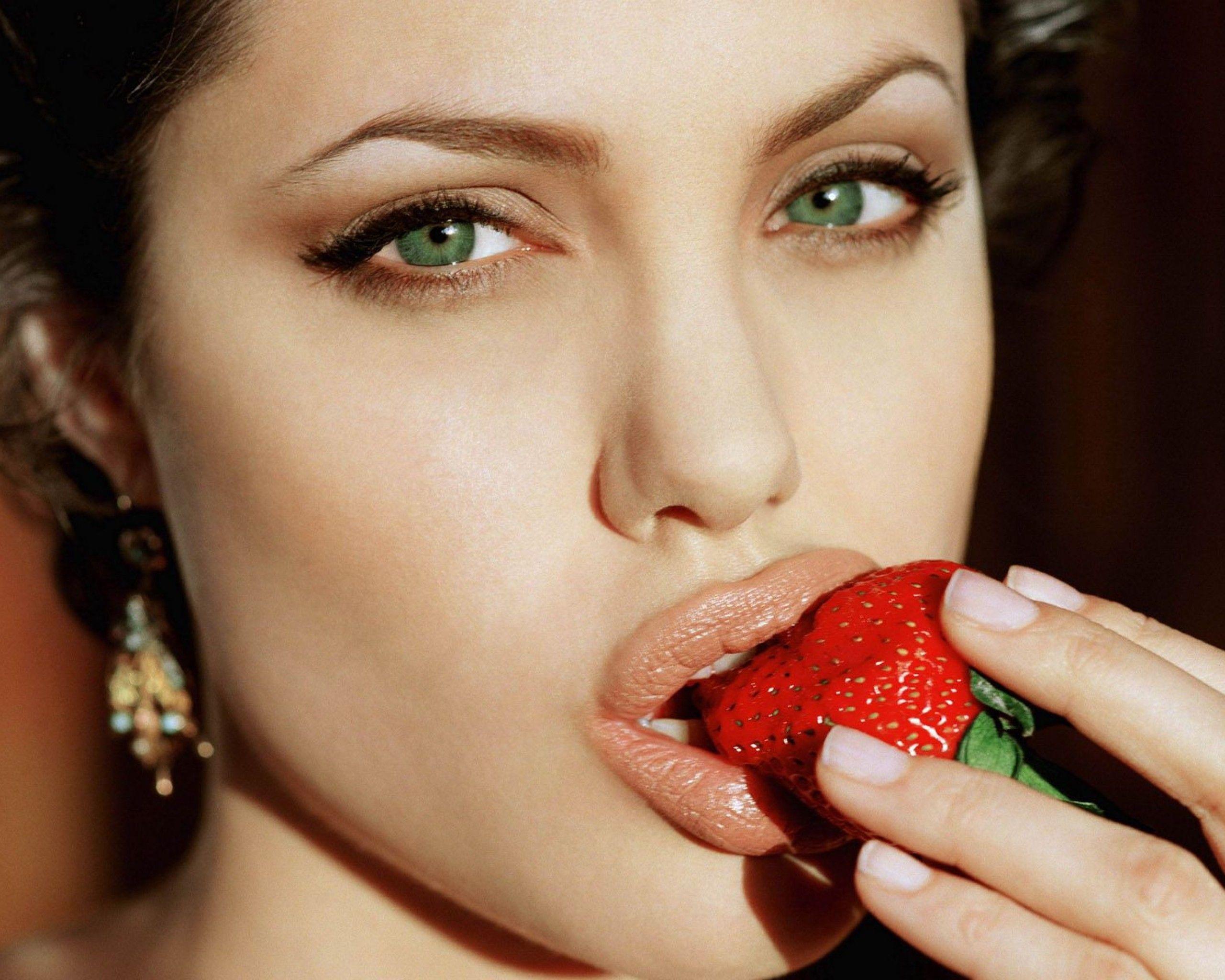 Angelina jolie green eyes