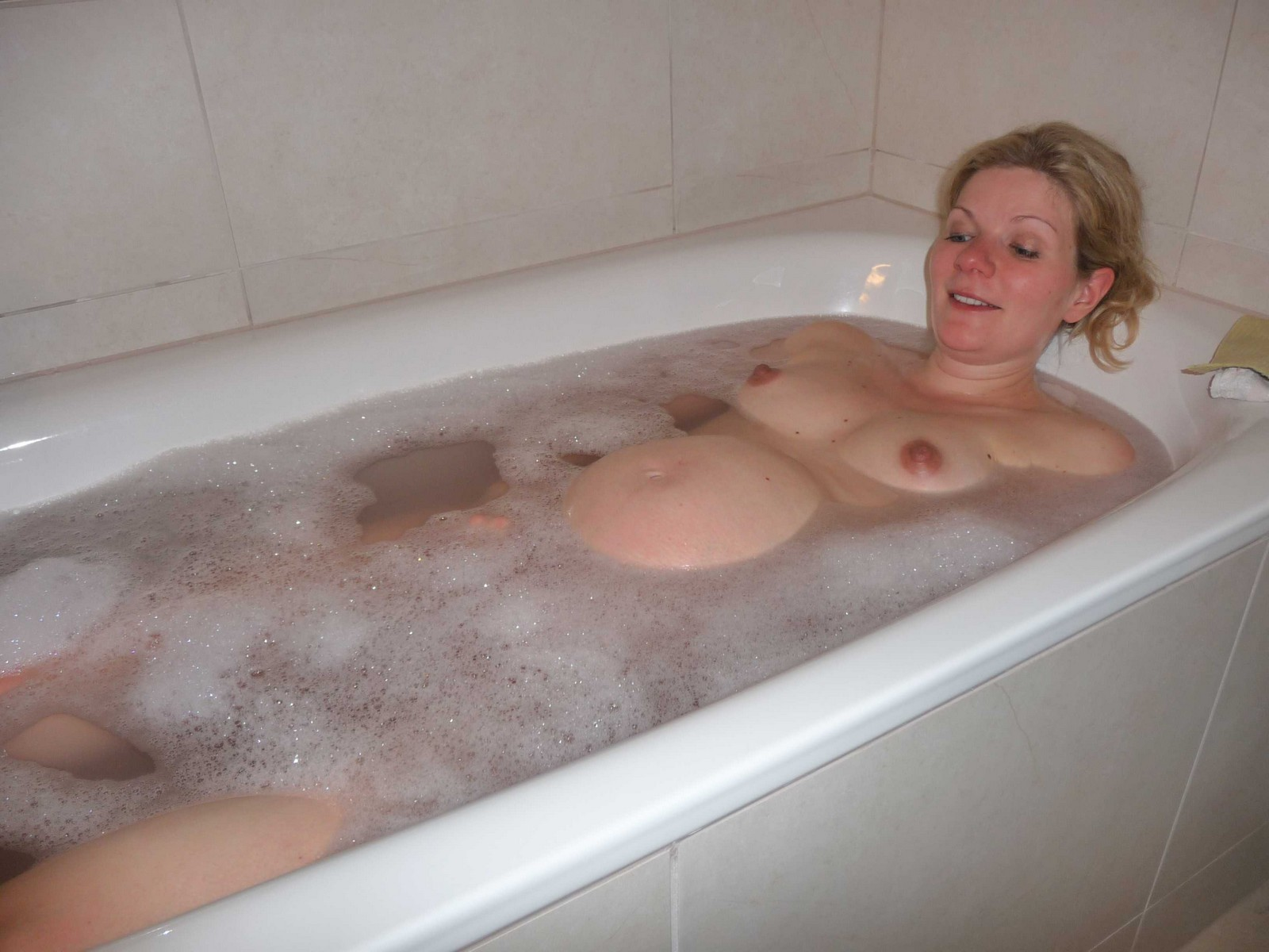 Pregnant wife nude bathtub