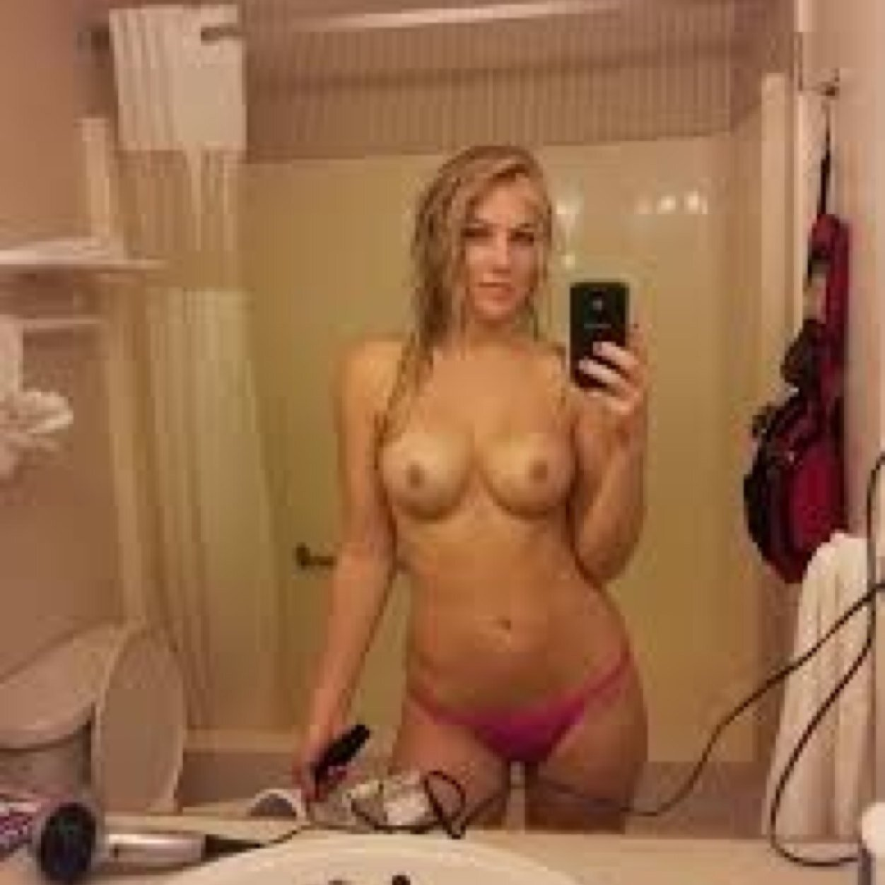 blonde-girl-takes-naked-selfie